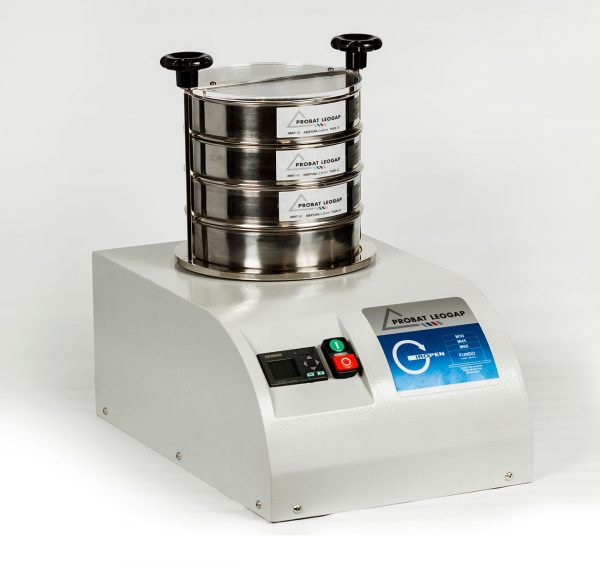 O Giropen é uma peneira para teste granulométrico de café moído utilizada na regulagem de moinhos, com ação motriz temporizada.