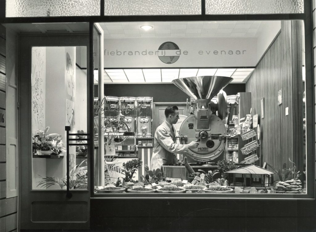 Em 1955 lá estava ele, o 'vovô' da atual linha Shoproaster, na Koffiebranderij De Evenaar.