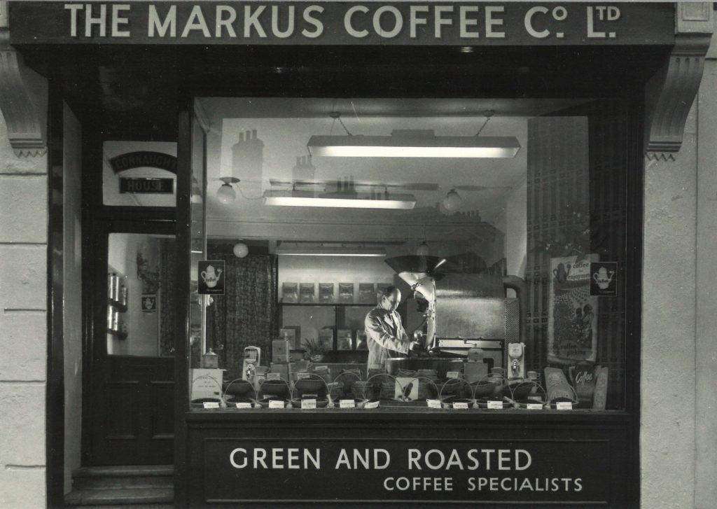 Markus Coffee Co. - Londres, recebeu seu Junior L12 em 1957. O mais interessante é que em pleno ano de 2018 o torrador continua operando a todo vapor!