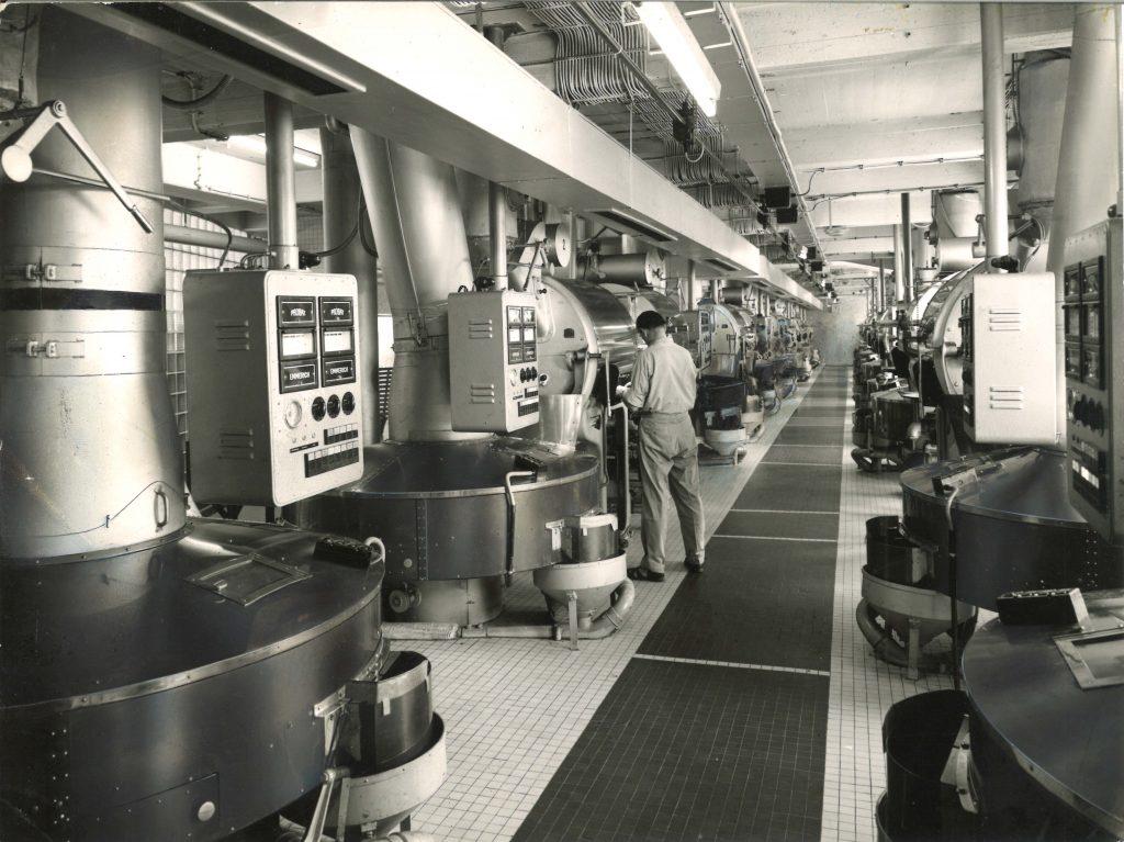 Foto incrível dos torradores G90 na planta industrial da Tchibo-Kaffee em 1952 na cidade de Hamburgo, Alemanha.